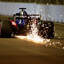 SINGAPORE - SEPTEMBER 15:  Sparks fly behind Brendon Hartley of New Zealand driving the (28) Scuderia Toro Rosso STR13 Honda on track during qualifying for the Formula One Grand Prix of Singapore at Marina Bay Street Circuit on September 15, 2018 in Singapore.  (Photo by Charles Coates/Getty Images) // Getty Images / Red Bull Content Pool  // AP-1WWJSC6X11W11 // Usage for editorial use only // Please go to www.redbullcontentpool.com for further information. //