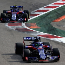 SOCHI, RUSSIA - SEPTEMBER 30: Brendon Hartley of New Zealand driving the (28) Scuderia Toro Rosso STR13 Honda leads Pierre Gasly of France and Scuderia Toro Rosso driving the (10) Scuderia Toro Rosso STR13 Honda on track during the Formula One Grand Prix of Russia at Sochi Autodrom on September 30, 2018 in Sochi, Russia.  (Photo by Charles Coates/Getty Images) // Getty Images / Red Bull Content Pool  // AP-1X2CD9HW52111 // Usage for editorial use only // Please go to www.redbullcontentpool.com for further information. //