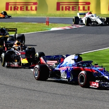 SUZUKA, JAPAN - OCTOBER 07: Brendon Hartley of New Zealand driving the (28) Scuderia Toro Rosso STR13 Honda leads Daniel Ricciardo of Australia driving the (3) Aston Martin Red Bull Racing RB14 TAG Heuer on track during the Formula One Grand Prix of Japan at Suzuka Circuit on October 7, 2018 in Suzuka.  (Photo by Clive Rose/Getty Images) // Getty Images / Red Bull Content Pool  // AP-1X4HZTE552511 // Usage for editorial use only // Please go to www.redbullcontentpool.com for further information. //